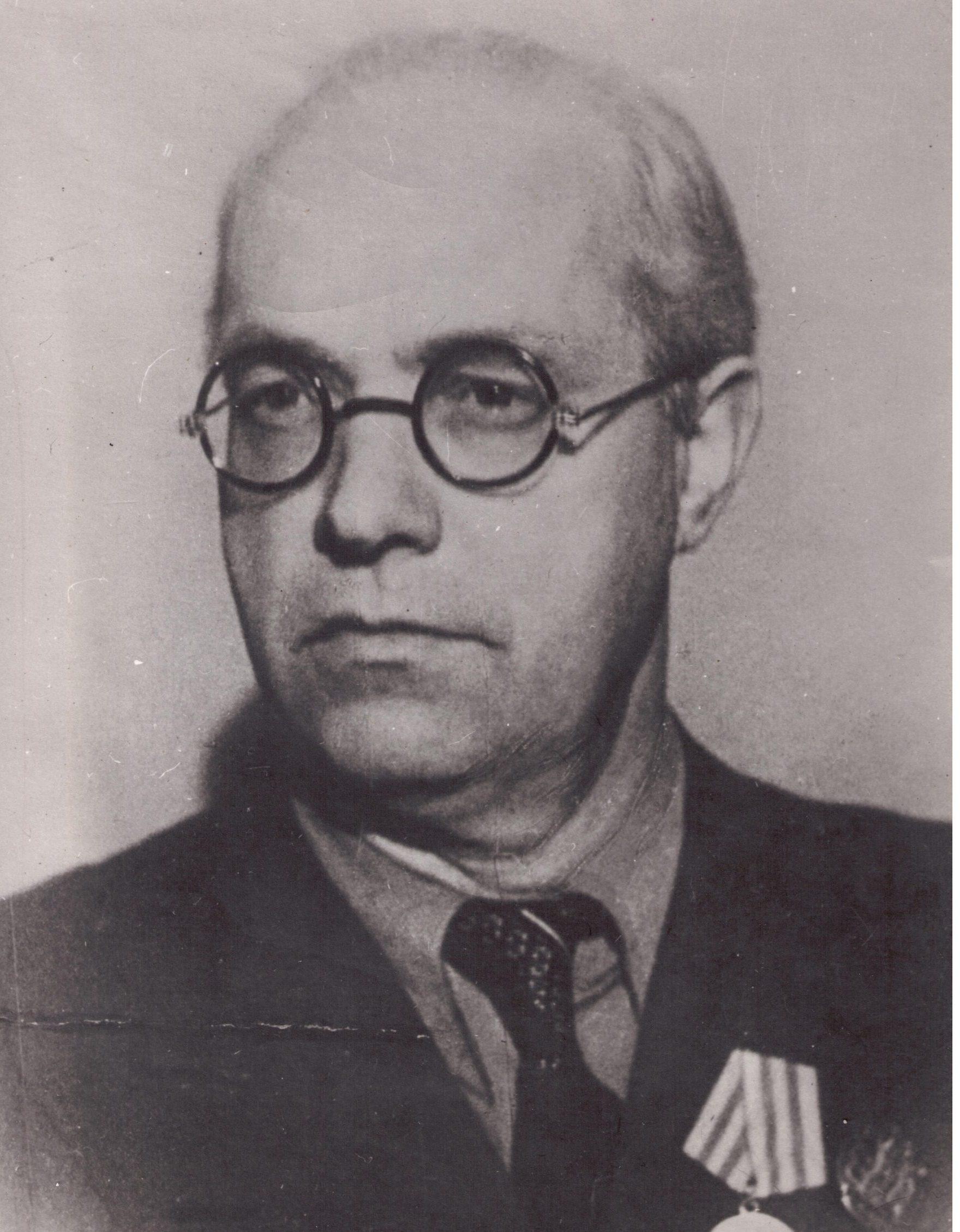 Возглавлял больницу В,А. Тверитин
